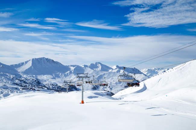 Подъемник с людьми в снежные горы. — стоковое фото