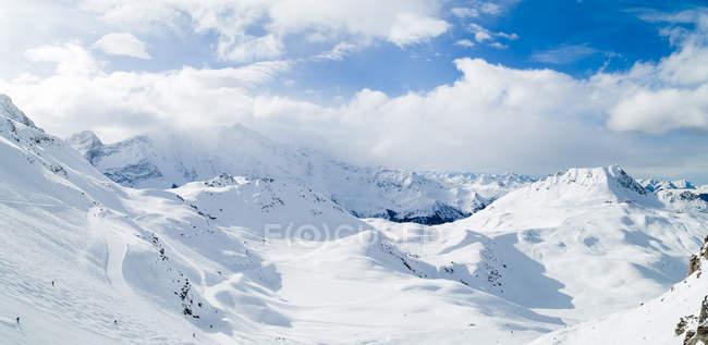 Tagsüber Panoramablick von Skifahrern auf verschneiten Berghängen — Stockfoto