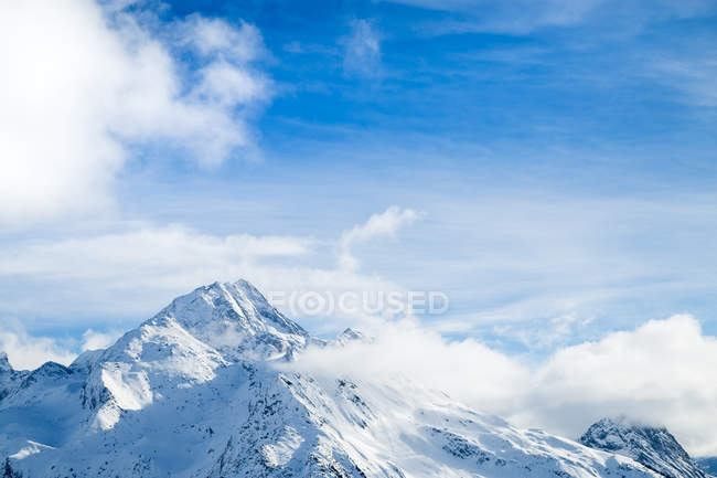 Daytime view of snow covered mountains landscape — Stock Photo