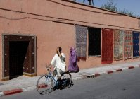 30 septembre 2010. Maroc, Marrakech. Cycliste et femme dans la rue — Photo de stock