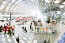 1 лютого 2011 р. Мілан. Люди і Центрального залізничного вокзалу поїздів — стокове фото