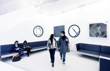 14 janvier 2011. Milan, Musée du XXe siècle. Touristes asiatiques, marchant dans la salle du Musée — Photo de stock