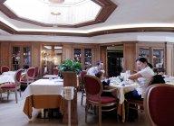 13 de março de 2010. Itália, Madonna di Campiglio. Pessoas comendo no Alpen Suite Hotel — Fotografia de Stock