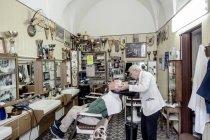21 апреля 2017. Апулия, Soleto земель. Парикмахерская, работа с клиентом в парикмахерской — стоковое фото
