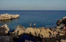 26 липня 2017 року. Греція, Koufonissi. Портрет туристів на приморському рок — стокове фото