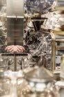 Сяючий ресторанного устаткування і машин з роздуми і обрізаним руку — стокове фото
