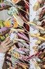 13. April 2017. Italien, Mailand. Kinderhand Griff nach Süßigkeiten und Bonbons in Süßwaren Shop — Stockfoto