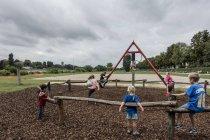 3 серпня 2016. Німеччина, Гейдельберг. Діти грають на майданчик — стокове фото
