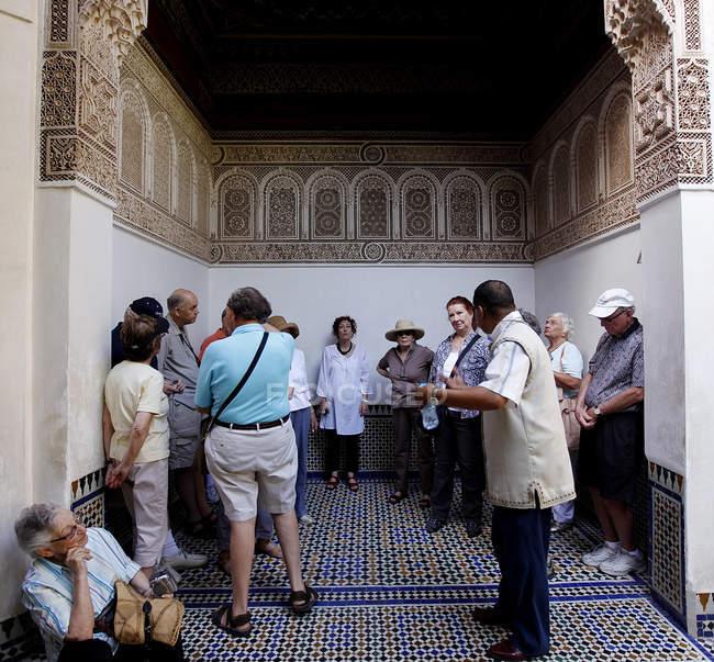 30 de septiembre de 2010. Marruecos, Marrakech. Personas en el Palacio de la bahía - foto de stock