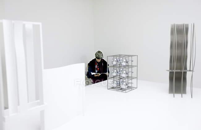 14 января 2011. Милан, музей двадцатого века. Женщина сидит и чтения журнала в светлом зале — стоковое фото