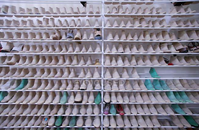 6. november 2007. italien, veneto, padua, louis vuitton shoes factory. Stand mit verschiedenen weiblichen Stiefelbäumen — Stockfoto