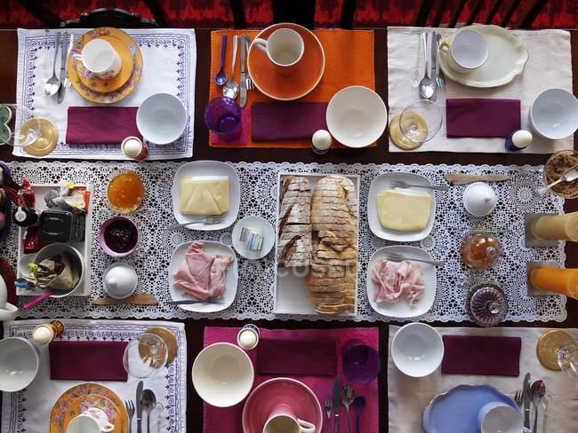 Draufsicht der gedeckten Tisch mit verschiedenen Gerichten, Getränken und Einstellungen — Stockfoto