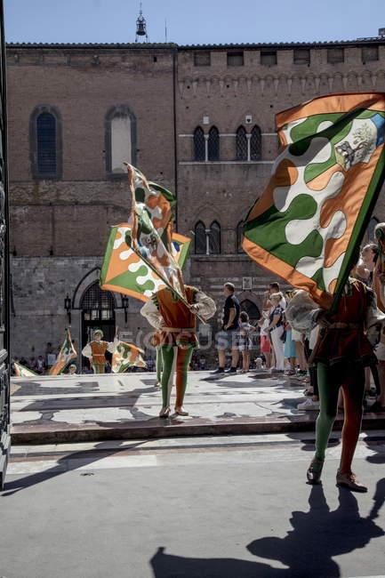 August 15, 2017. italien, siena, palio. Kinder mit Fahnen bei traditionellem Umzug — Stockfoto