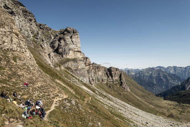 3 settembre 2017. Italia, Alpe Devero. Gruppo di escursionisti che riposa sul pendio di montagna — Foto stock