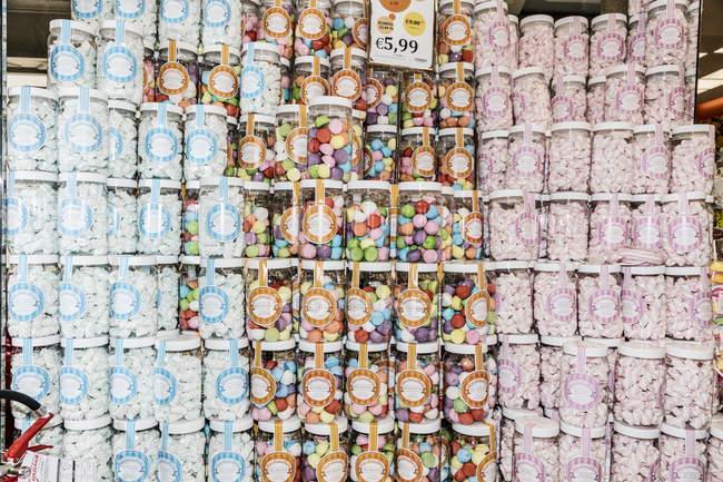 13 avril 2017. Italie, Milan. Piles de pots avec des bonbons et des bonbons dans un magasin de confiserie — Photo de stock