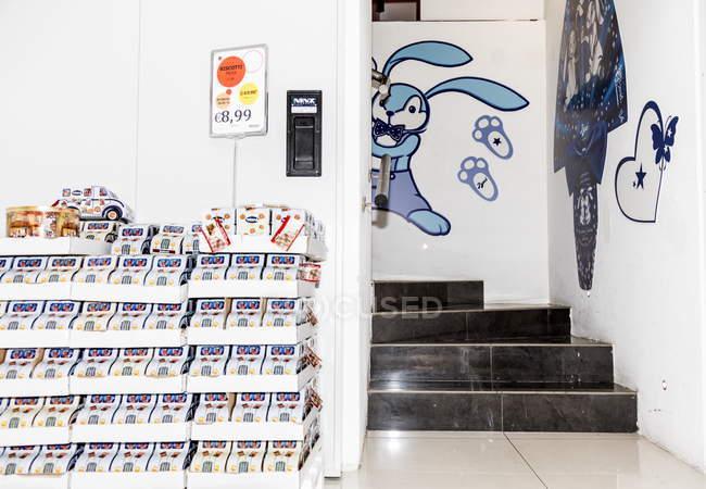 13. april 2017. italien, milan. Verkaufsstand mit Essen und Treppen im Geschäft — Stockfoto