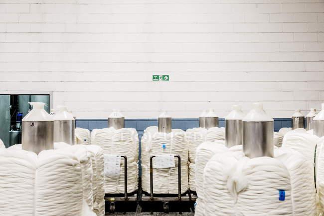 01 de marzo de 2017. Italia, Valle Mosso, Biella, Reda. Carretes de lana blanca en almacén de fábrica textil - foto de stock