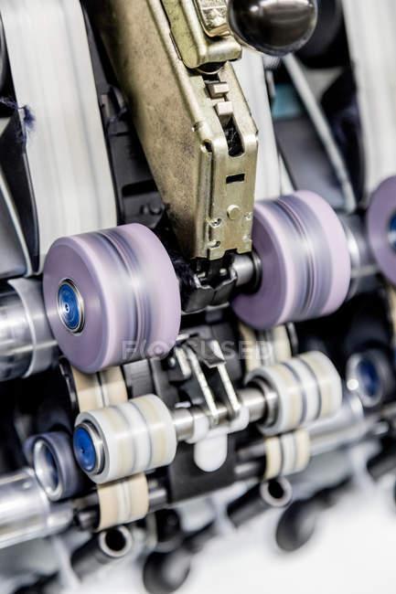 Arbeitsmaschinen in Textilfabrik, Italien — Stockfoto