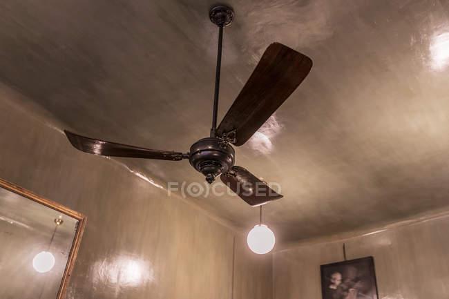 Низкий угол обзора старинного вентилятора на потолке — стоковое фото
