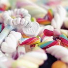 Pérolas de açúcar doces, grânulos de doces e doces — Fotografia de Stock