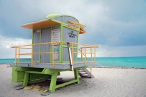 Lifeguard hut on sandy beach at ocean — Stock Photo