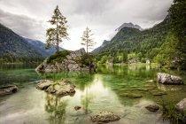 Berchtesgaden, lago en las montañas con árboles, temporada de verano, Alpes europeos - foto de stock