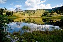 Cielo y las montañas reflexiones en lago de montaña - foto de stock