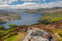 Шотландія краєвид з гори і озеро — стокове фото