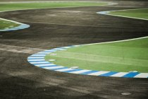 Route asphaltée avec courbe tourne pour le sport motorisé, route de karting — Photo de stock