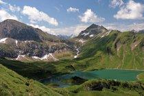 Европейские Альпы горы и озеро — стоковое фото