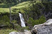 Cascata di flusso dalla verde collina — Foto stock