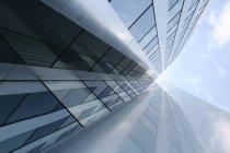 Bâtiment futuriste avec façade en verre, faible angle tourné — Photo de stock