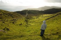 Резервного зору хлопчика стояли в горах луг і дивлячись на озеро в Шотландії — стокове фото