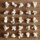 Popcorn moelleux sur la surface en bois — Photo de stock