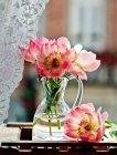 Pfingstrose Blumen in Glas — Stockfoto