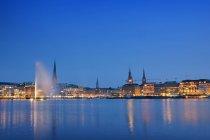 Hamburg City, Hamburger Rathaus und blaue Flusswasser — Stockfoto