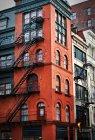 Immeuble résidentiel rouge à new York avec fire escaliers — Photo de stock