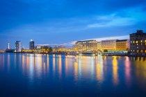 Берлин город вечерние огни отражая в речной воде — стоковое фото