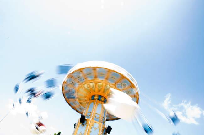 Спінінг ланцюг гойдалки з людьми, розмите зображення — стокове фото