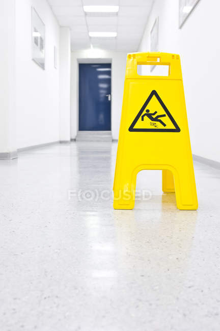 Жовтий Попереджувальний знак ковзання небезпеки в коридорі — стокове фото