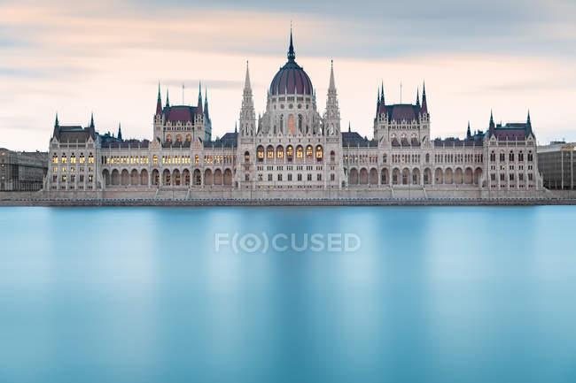 Água azul do rio Danúbio e casas do parlamento em Budapeste, húngaro — Fotografia de Stock