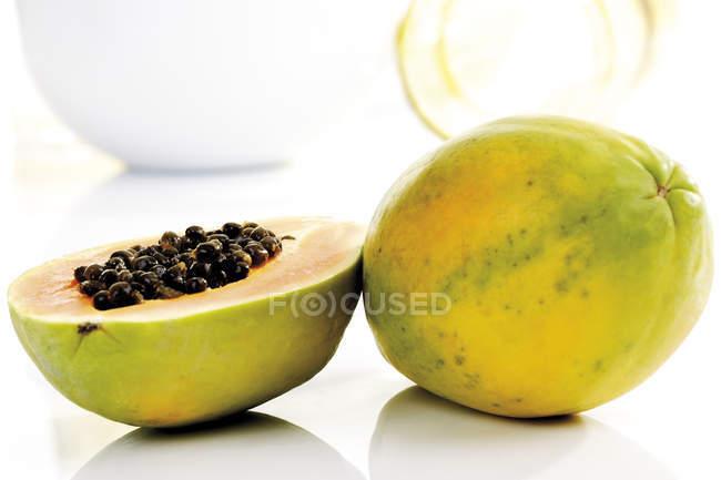 Frutos de papaya a la mitad y todo amarillo - foto de stock