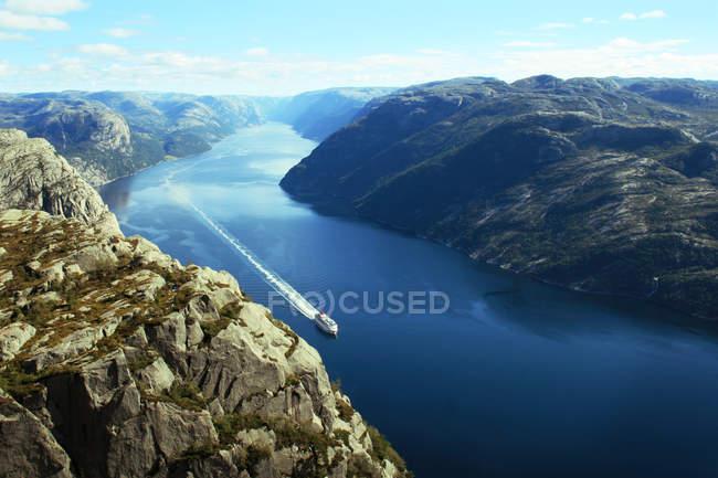 Paisagem fiorde de tirar o fôlego, rio azul e barco — Fotografia de Stock