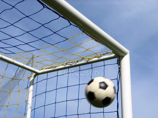 Fussball fliegt in Fußballnetz, Streichholztor — Stockfoto