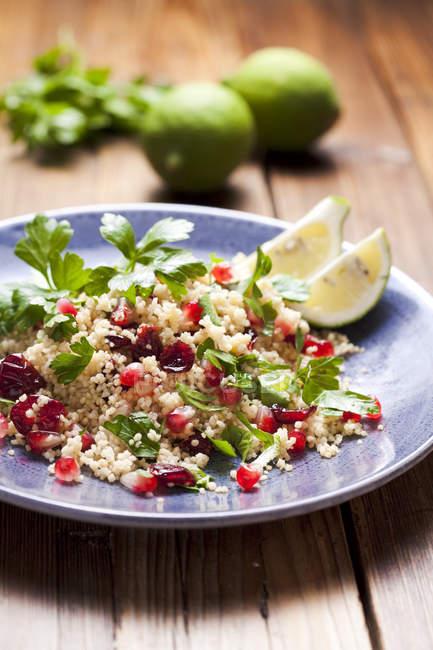 Salada de cuscus com cal e cranberries — Fotografia de Stock