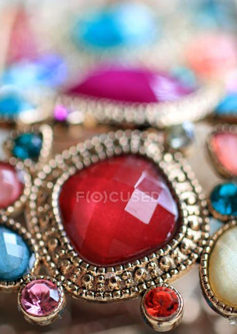 Ювелирные изделия, красочные драгоценные камни в браслет — стоковое фото