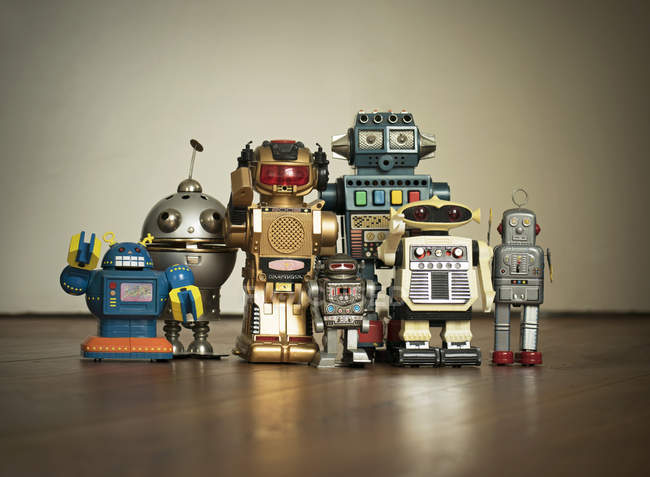 Différents robots mécaniques sur plancher en bois — Photo de stock