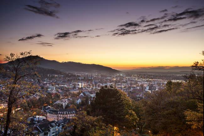 Tramonto vista sulla città di Friburgo im Breisgau, Germania — Foto stock