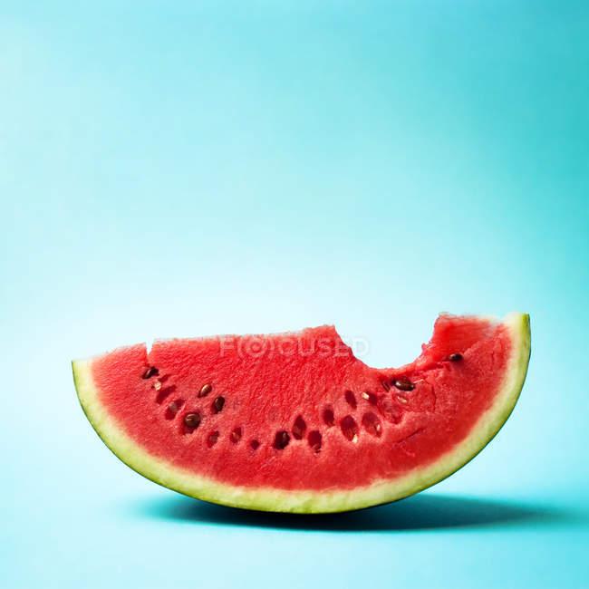 Frutas sandía medio aislados en azul - foto de stock