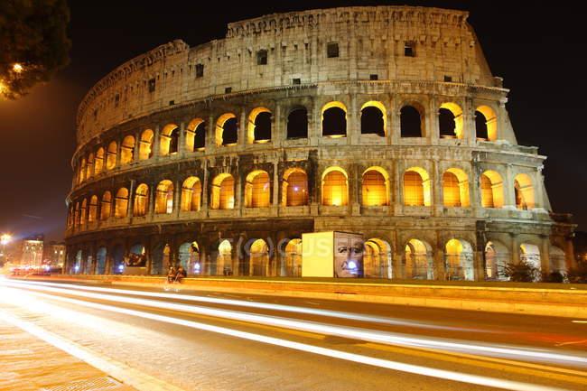 Tiro noturno, vista do Coliseu em Roma — Fotografia de Stock